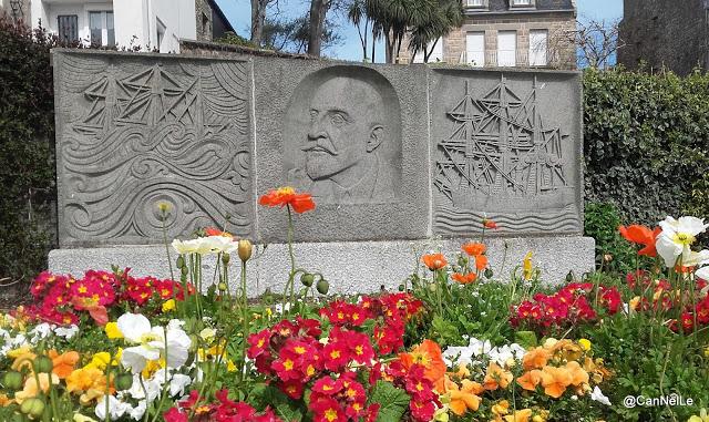 Saint-Servan la stèle en hommage à Charcot réalisée par René Quillivic