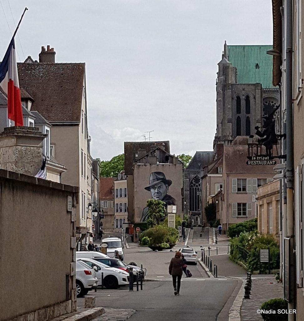 Chartres rue Collin d'Harleville - à gauche l'ancienne préfecture - la fresque de Jean Moulin - en arrière plan la cathédrale